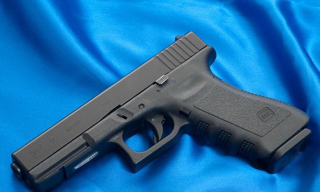 Amint megkapta a szolgálati fegyverét, fejbe lőtte magát a rendőr