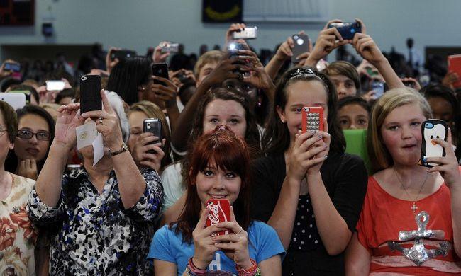 Kétségbeejtő adatok: a fiatalok fele függ az okostelefonjától