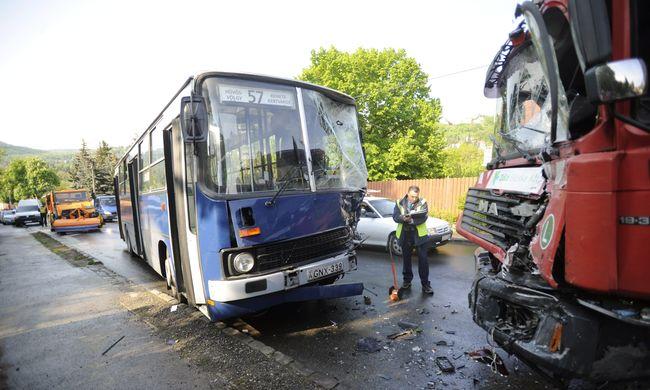 Megsérült a busz utasa a reggeli hatalmas karambolban