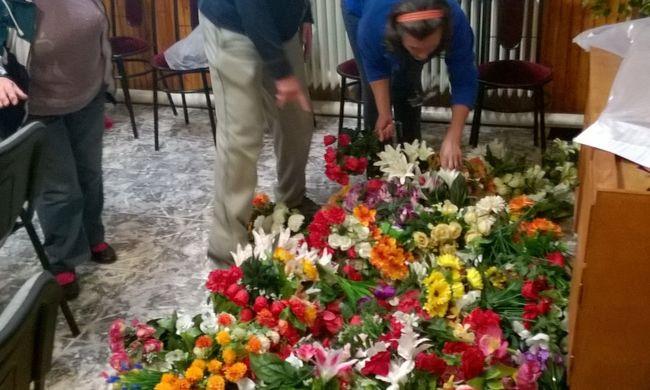 Nagyüzemben loptak a művirágokat a temetőből