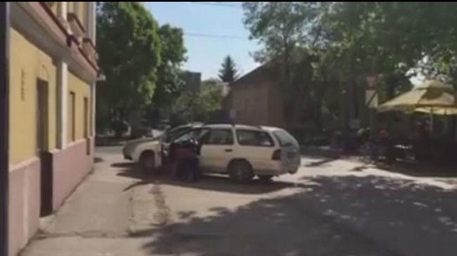 Olyan részeg volt a férfi, hogy bevizelt, mégis kocsival ment haza a kocsmából - videó