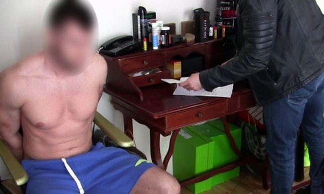 Egy szál gatyában fogták el, férfi prostituáltakat árult a neten