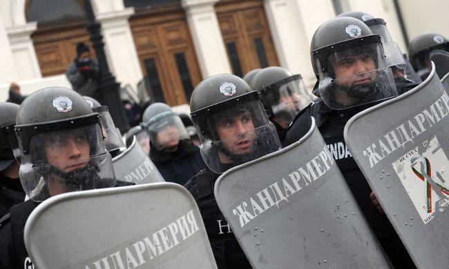 Romák ellen tüntettek, kővel törték be egy rendőr fejét