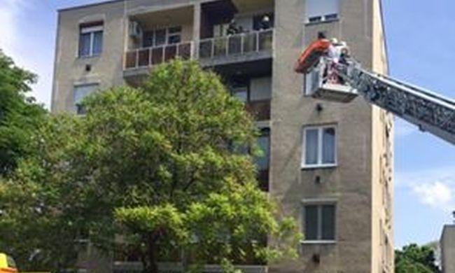 Egy órán át küzdöttek az életéért, erkélyen át mentették ki a házból