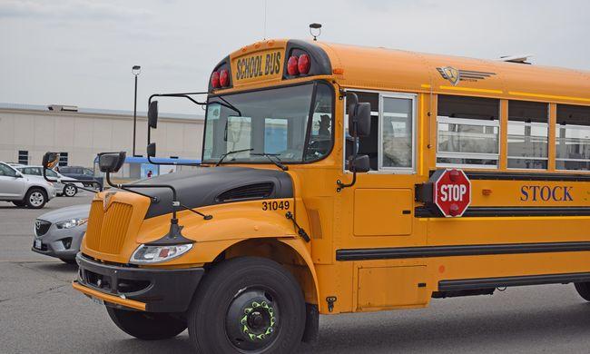 Elkötött egy iskolabuszt egy 12 éves kisfiú