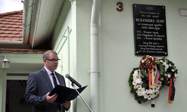Emléktáblát avattak az olimpiai bajnok házánál