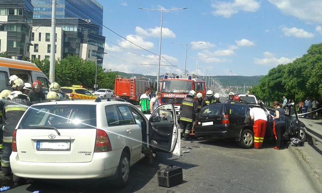 Két autó ütközött az Árpád hídnál, nagy a dugó
