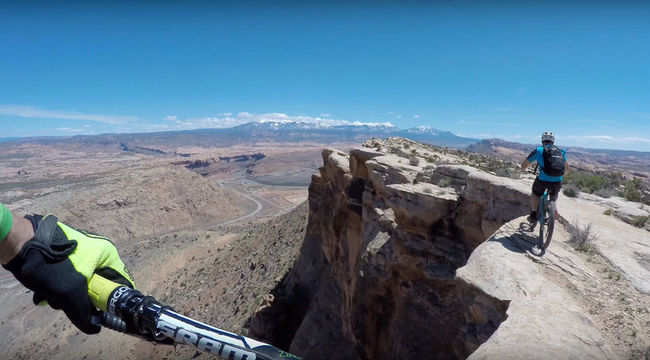 Haláltmegvető bátorsággal egyensúlyoznak a szikla szélén a biciklisek - videó