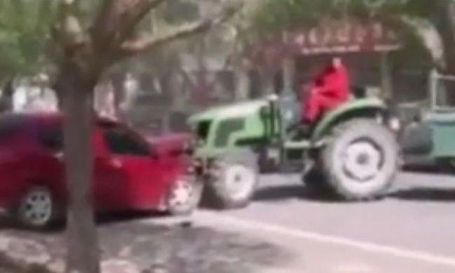 Traktorral tolta arrébb a szabálytalanul parkoló autókat - videó