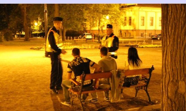 Vége a szabadságnak, rendőrök figyelik a bulizó fiatalokat a városban