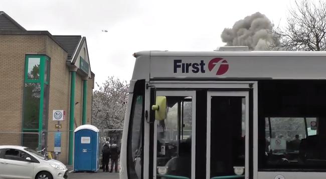 Nagyon nem sikerült - egy busz rondított bele a drámainak ígérkező videóba