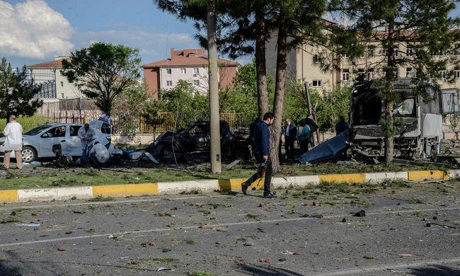 Autóba rejtett bomba robbant Törökországban - többen meghaltak, rengeteg a sérült