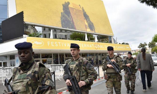 """""""Sokkoló volt"""": terroristának tűnő fegyveres férfiak masíroztak Cannes-ban"""