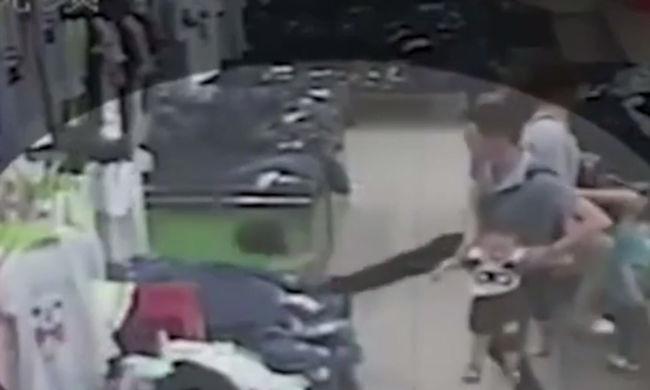 Kegyetlenül felrúgott egy 2 éves kislányt egy férfi, mert át akarta ölelni a kisfiát