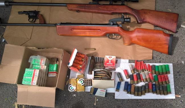 Fegyverek, lőszerek és petárdák egy miskolci garázsban - fotók
