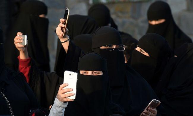 Megkorbácsolhatják és bebörtönözhetik a szaúdi nőket, ha belenéznek a férjük mobiljába