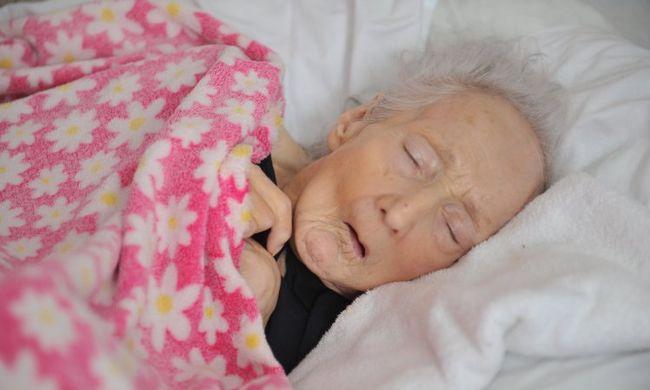 A néni csak nyöszörgött: elképesztő kegyetlenséggel bántak vele az otthonban - videó