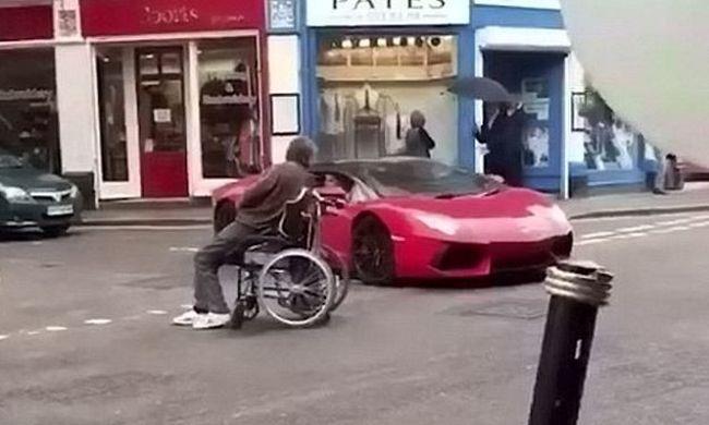 Tolókocsival hajtott a Lamborghini elé - videó!