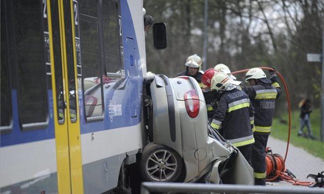 Vonat és autó karambolozott Pest megyében - egy ember a vonat alá szorult - fotó