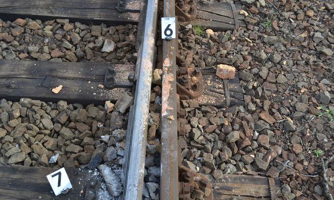 Köveket és téglát raktak a sínekre szórakozásból