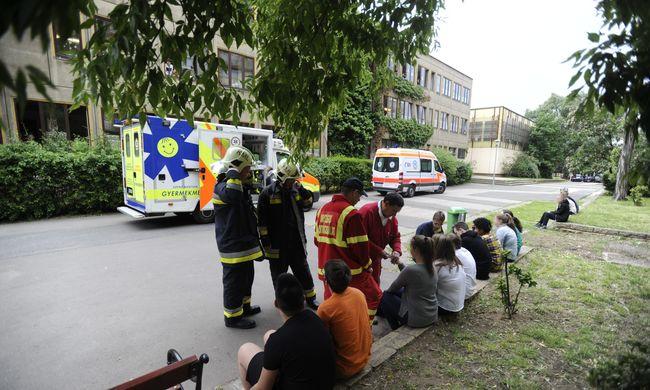 Tizenhat gyereket vittek kórházba egy budapesti iskolából
