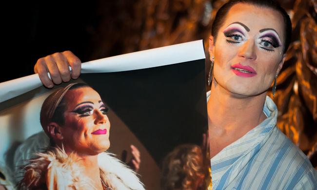 Jótékonysági licit Az Őrült Nők Ketrece fotóiból