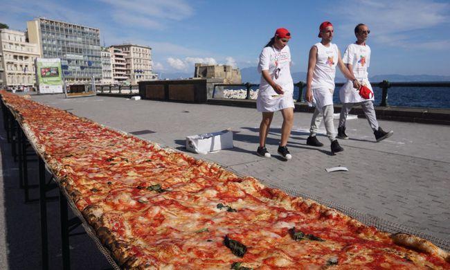 2 kilométeres pizzát sütöttek Nápolyban - fotó!