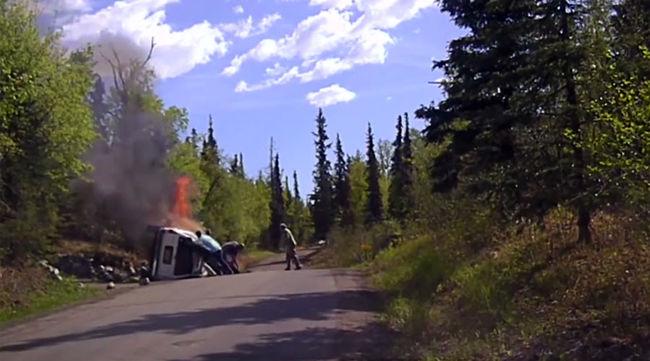 Járókelők szabadították ki a lángba boruló kocsiból a férfit - videó
