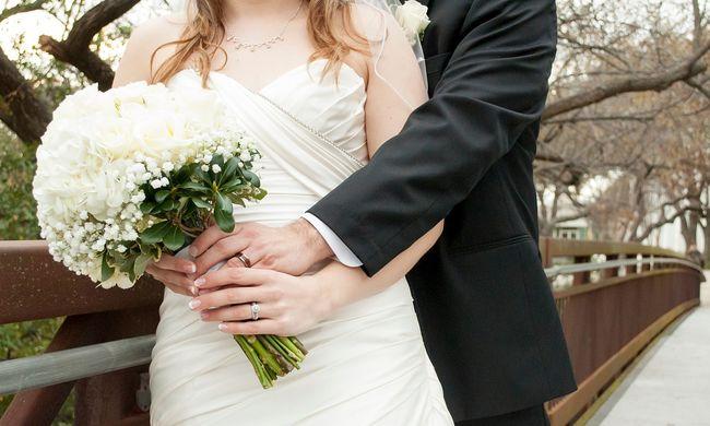 A nászéjszakán adta be a válókeresetet a férj, mert felesége szex helyett a barátainak írt üzeneteket