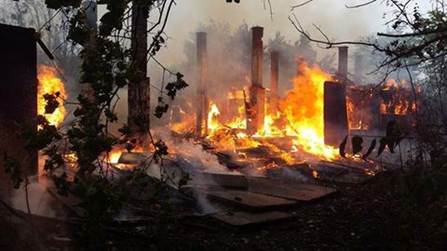 Leégett egy raktár a gödöllői vasút mellett