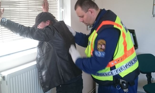 Így állították falhoz a rendőrök a táskatolvajt