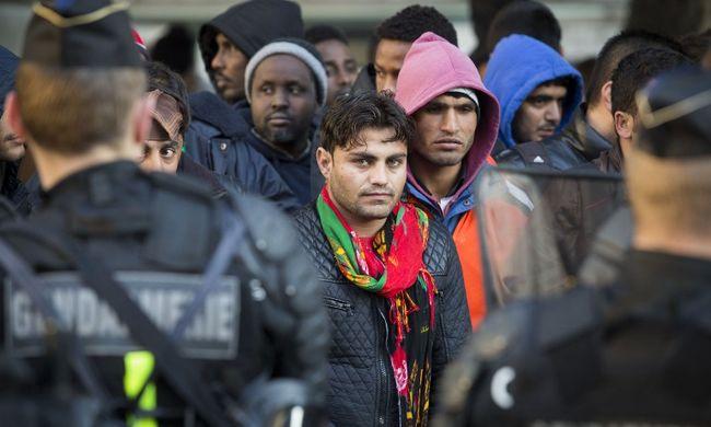 Több száz migránst telepítettek ki a táborból