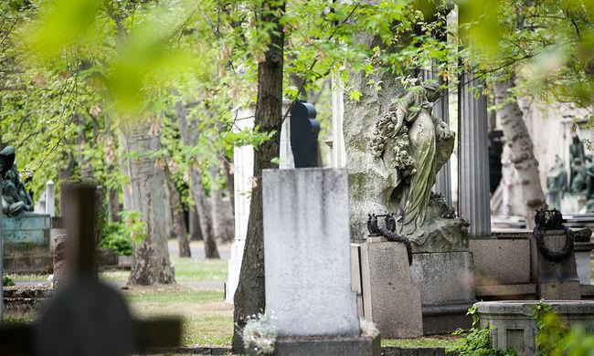 Rejtély: halott barátja sírja mellett találták meg a lány holttestét