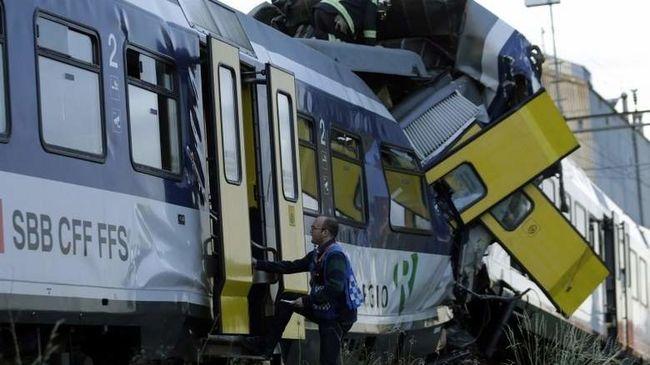 Többen megsérültek egy turistabuszon, mert nekiment a vonat Svájcban