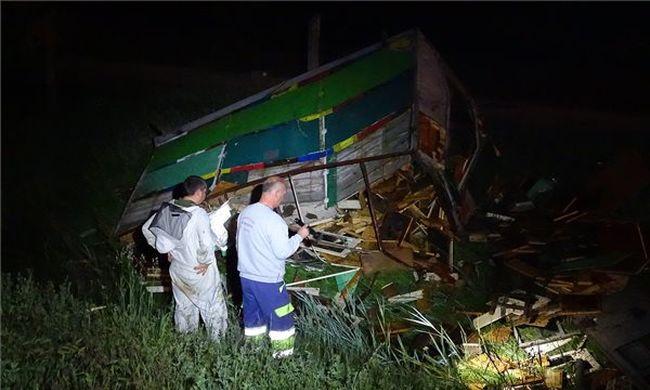 Méhkaptárokat szállító teherautó ütközött, összetört a rakomány