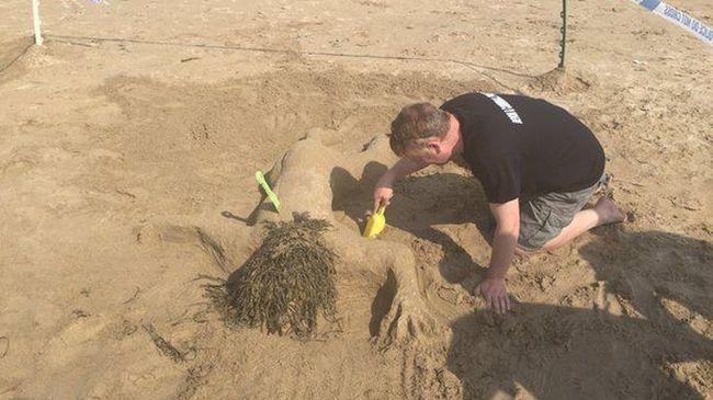 Meggyilkolt nőt formáztak a homokból a rendőrök, felháborodtak a családok