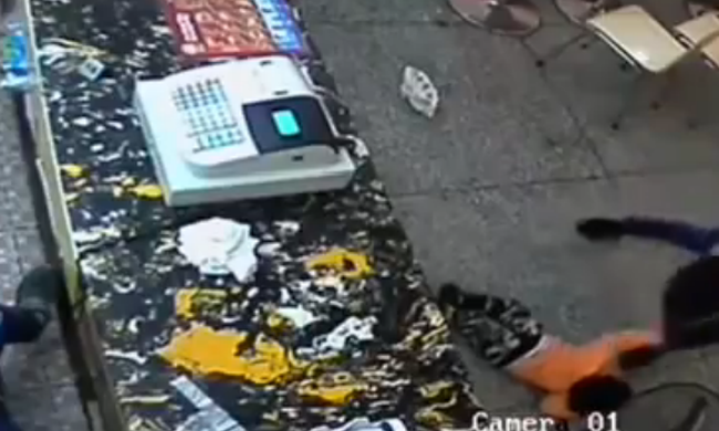 Egy hamburger miatt ütötte, rúgta gyerekét az indulatos anya - videó