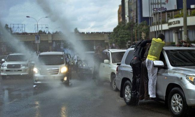 Gumibottal ütötték fejbe a rendőrök a tüntetőt, szörnyethalt