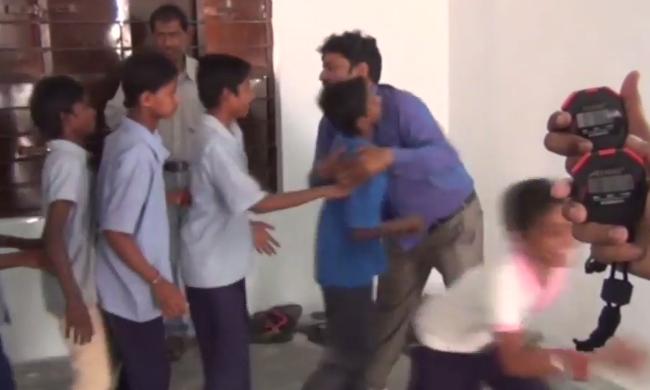 79 gyereket ölelt meg 1 perc alatt egy férfi - megdöntötte a világrekordot - videó