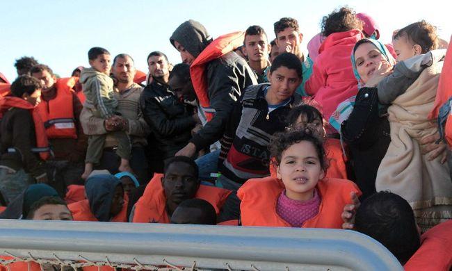 Több mint 2600 migránst mentettek ki a Földközi-tengerből