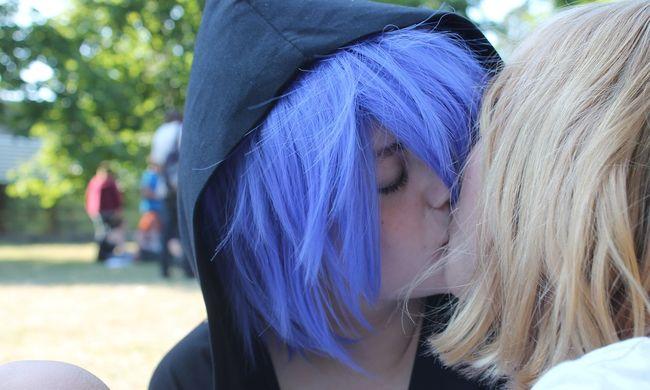 Leszbikus csók-flashmobot tartanak az ELTÉ-n