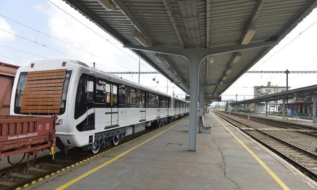 Megérkezett a 3-as metró első felújított szerelvénye Budapestre