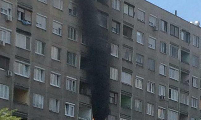 Lángolt egy panel lakásának konyhája a Szentendrei úton - videó