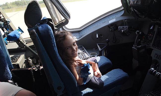 Így válnak valóra az álmok: repülhetett a kerekesszékes kislány