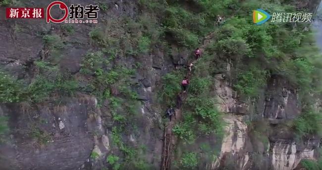 Sziklát másznak a gyerekek, hogy eljussanak az iskolába - videó