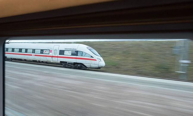 Áthajtott a vonat egy 91 éves járókeretes nő fölött, túlélte