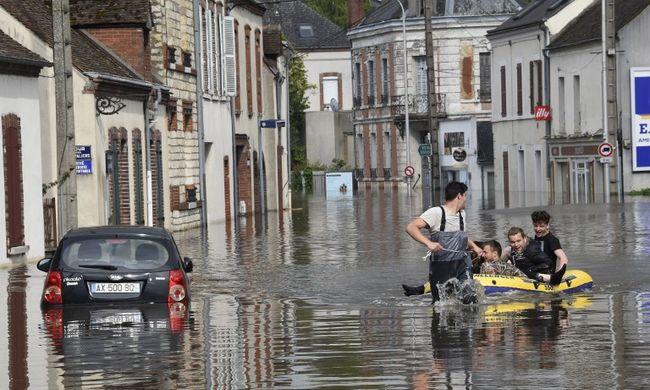 Iskolákat ürítettek ki, árvíz fenyegeti Párizst