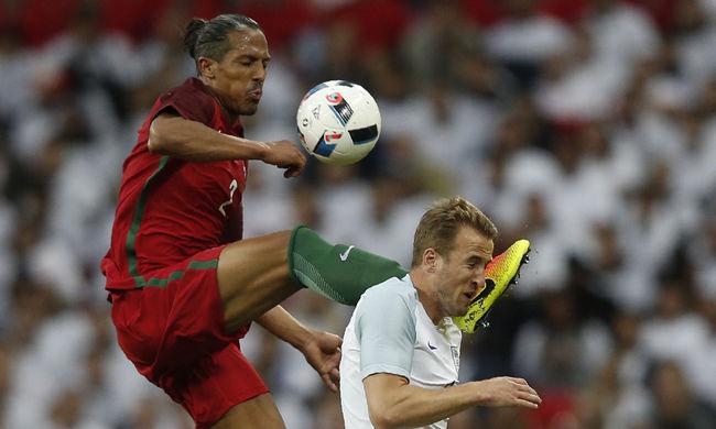 Karatés mozdulattal rúgta fejbe a sztárcsatárt a portugál védő