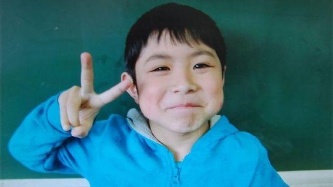 Ő az a kisfiú, akit a szülei az erdőben hagytak büntetésből, bocsánatot kért az apa