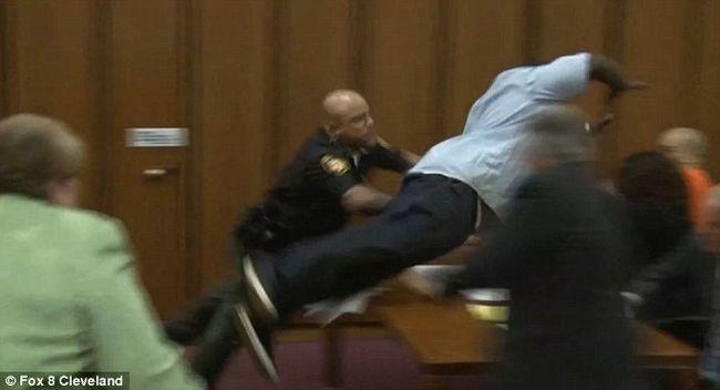 Így vetette rá magát lánya perverz gyilkosára az apa a bíróságon - videó